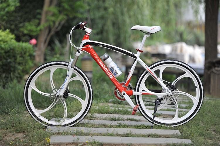 Велосипед BMW на дисках красный